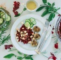Juledeller med råsyltede agurker og rødbedesalat med lakridsdressing